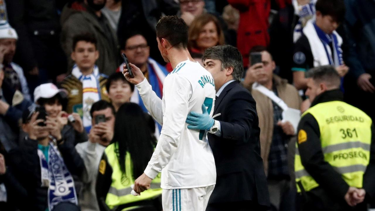 Ronaldo borrows phone