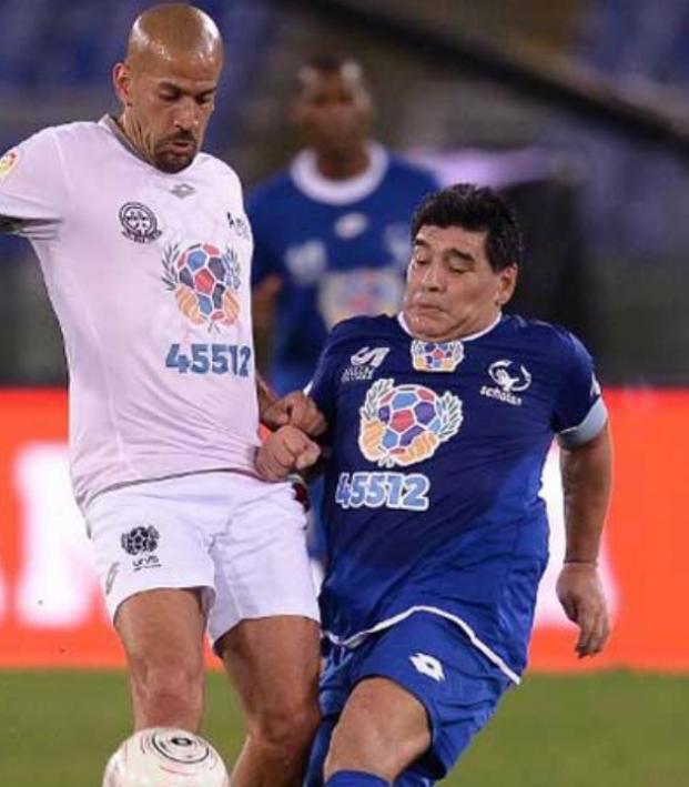 Diego Maradona fights Juan Sebastian Veron