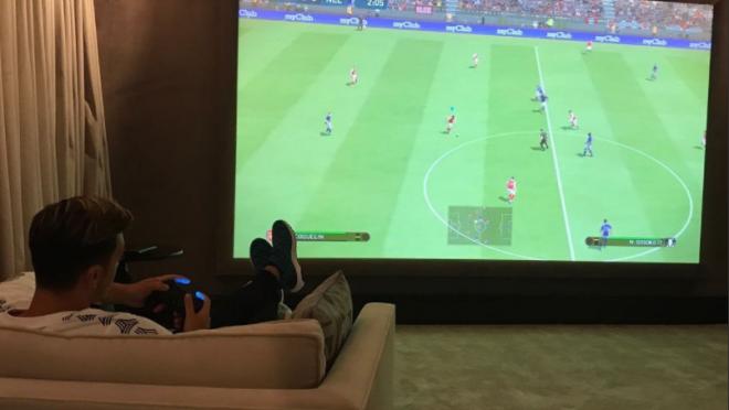 Mesut Ozil Playing PES