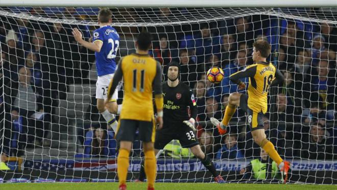 Arsenal lose to Everton, 2-1.