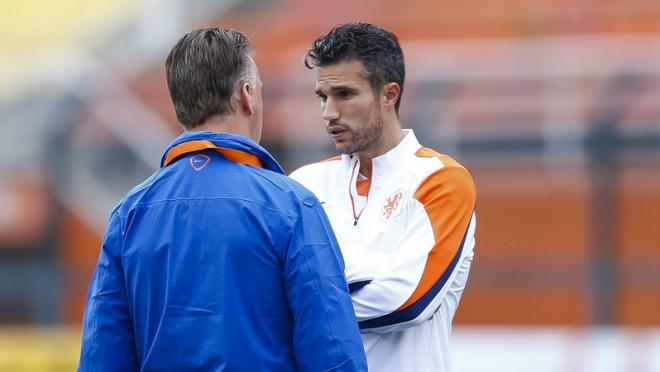 Manchester United Coach Louis van Gaal talks to Robin van Persie