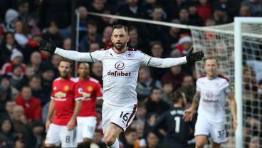 Sublime Free Kick Tanks Manchester United, EPL Title Race